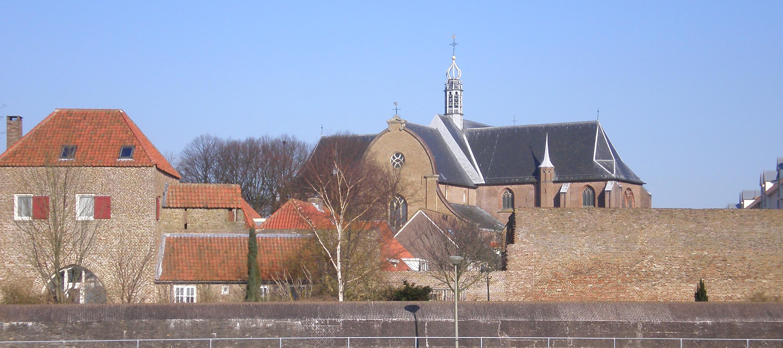 Grote kerk Harderwijk en stadsmuur
